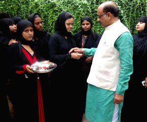 Muslim women tie rakhis to Vijay Goel