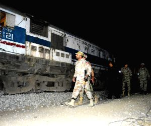 Mustang (Pakistan): Pakistani soldiers inspect the train at the blast site