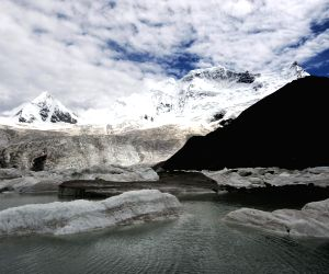 Glaciers on the Sapukonglagabo Mountain in Biru County of Nagqu Prefecture