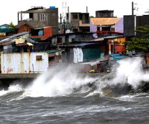 Navotas City: Waves splash