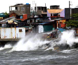 Navotas City: Waves splash