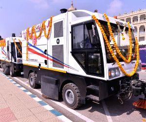Karnataka CM flags off BBMP Mechanical Sweeper vehicles