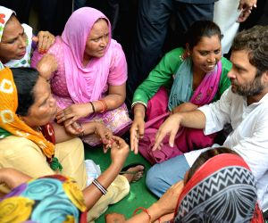 Rahul Gandhi meets striking sanitation workers