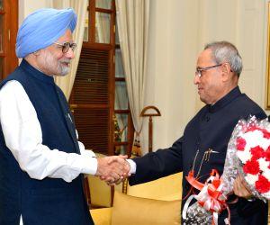 Manmohan Singh greets President Mukherjee on his birthday