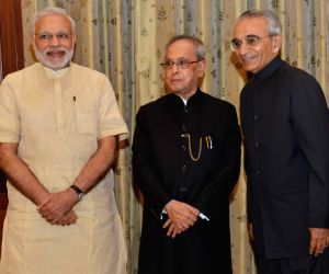 President Mukherjee administers  oath of office to Chief Information Commissioner