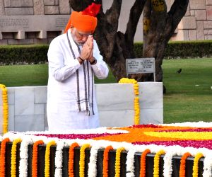 Modi pays tribute to freedom fighters, armed forces