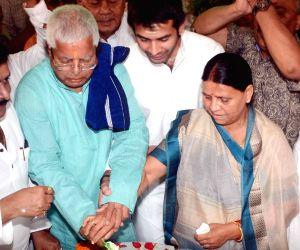 Nitish Kumar greets Lalu on birthday