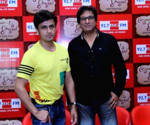 Sonu Nigam and Talat Aziz during a programme