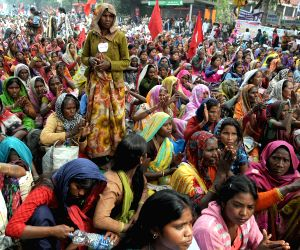 Anna supporters demonstrate against land ordinance
