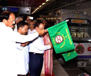 Venkaiah Naidu, Harshvardhan, Arvind Kejriwal flag-off train from  ITO Metro station