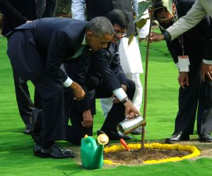Obama plants a sapling at Rajghat