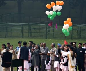 Sonia, Rahul pay tribute to Nehru