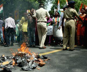 Youth Congress workers' demonstrate against Giriraj Singh's remark on Sonia