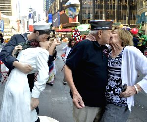 New York: Times Square Kiss statue