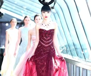 New York (US): J Spring Fashion Show 2015