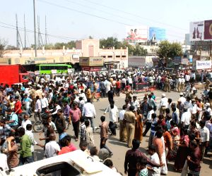 Hundreds of people gatherd at Bomb Blast in Hyderabad