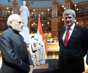 Ottawa (Canada): Modi visits the library of Canadian Parliament