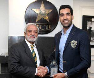 Free Photo: Umar Gul honoured by PCB for 2009 World T20 heroics