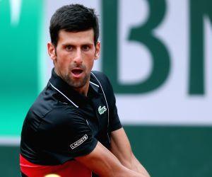 Djokovic eases into Queen's Club semi-finals