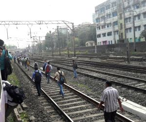 Mumbai suburban train develops snag