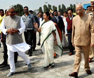 Nitish sees off Mamata Banerjee