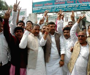 JD(U) celebrations after Majhi's resignation