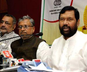 Ramvilas Paswan, Giriraj Singh address press in Patna
