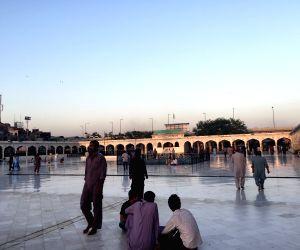 PAKISTAN-LALHORE-DAATA SHRINE-VIEW