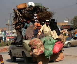 Peshawar (Pakistan): Pakistani tribal families fled from neighboring Khyber tribal region