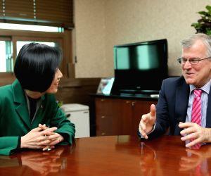 Veterans minister meets British envoy
