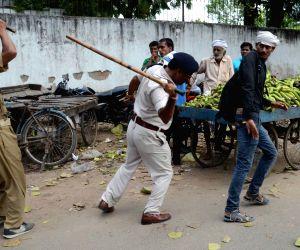 Police charge batons on demonstrating job aspirants