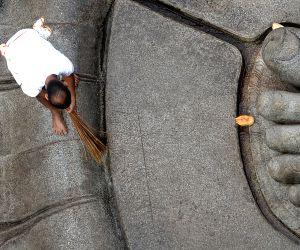 Channarayapatna (Karnataka): Preparations for Mahamastakabhisheka of statue of Lord Bahubali underway