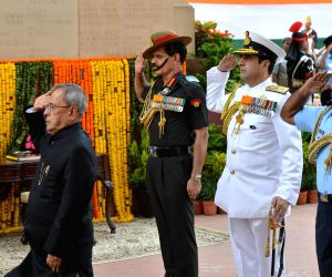 President Mukherjee lays wreath at Amar Jawan Jyoti