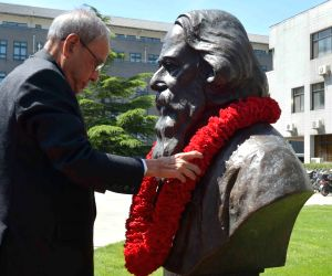 President Mukherjee garlands bust of Rabindranath Tagore at Peking University
