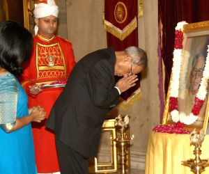 President Pranab Mukherjee pays tribute to R. Venkataraman on his birth anniversary