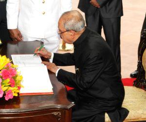President pays homage at the Amar Jawan Jyoti