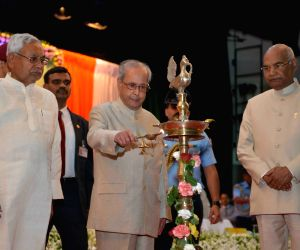 President Mukherjee felicitates freedom fighters