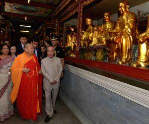 President Mukherjee visits Hua Lin Temple