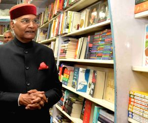 Kovind visits a book shop