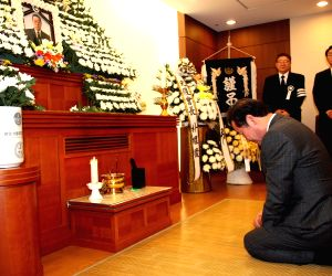 Prime Minister Lee Nak-yon pays tribute to late independence fighter Kim Sang-kil at a hospital in Seongnam, south of Seoul, on April 23, 2018. Kim was arrested in 1943 for spearheading an ...