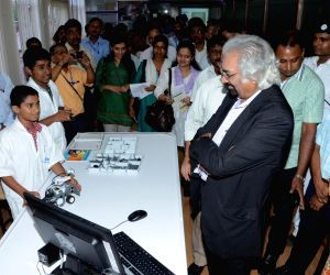 Sam Pitroda interacting with students at Kolkata