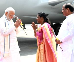Prime Minister Narendra Modi being received by Jharkhand Governor Droupadi Murmu and Chief Minister Raghubar Das, on his arrival in Ranchi on Sept 23, 2018.