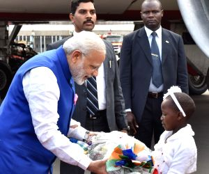 Nairobi (Kenya): Modi being received at Nairobi