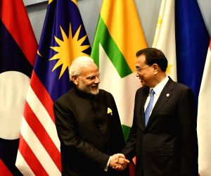 Prime Minister Narendra Modi meets Chinese Premier Li Keqiang at the 2nd Regional Comprehensive Economic Partnership (RCEP) Summit in Singapore, on Nov 14, 2018.