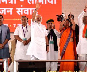 Prime Minister Narendra Modi, Rajasthan Governor Kalyan Singh, Chief Minister Vasundhara Raje and Union Ministers Rajyavardhan Singh Rathore and Arjun Ram Meghwal during a public meeting with ...