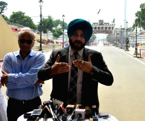 Pakistan Army chief met me for a minute: Sidhu