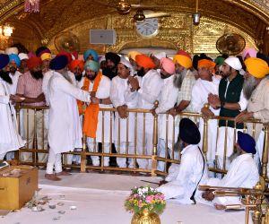 Amarinder Singh, Navjot Singh Sidhu visit Golden Temple