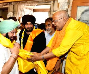 Amarinder Singh, Navjot Singh SIdhu at Shree Durgiana temple