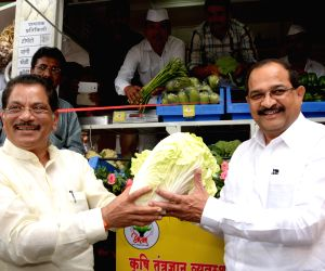 Radhakrishna Vikhe Patil and Suresh Shetty inaugurating motorized vending cart by Department of Agriculture and Marketing of Maharashtra Government
