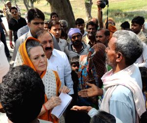 Rae Bareli: Sonia Gandhi meeting farmers